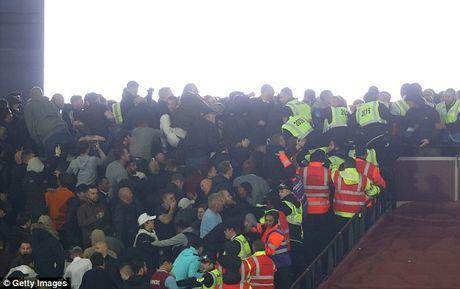 Bao loan xay ra o tran West Ham gianh chien thang truoc Chelsea - Anh 4