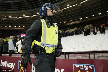 Bao loan xay ra o tran West Ham gianh chien thang truoc Chelsea - Anh 5