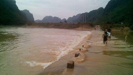 Quang Binh: Hoc sinh bi nuoc cuon troi tren duong di hoc - Anh 1