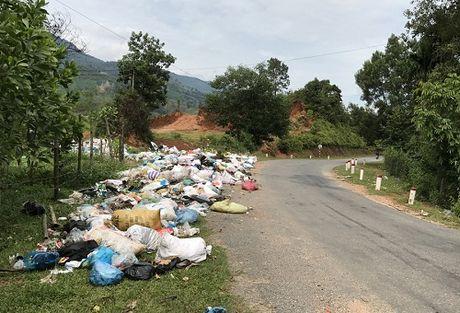 Quang Ngai: Bai rac tran ra Quoc lo, lan xe co luu thong - Anh 1