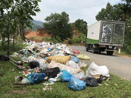 Quang Ngai: Bai rac tran ra Quoc lo, lan xe co luu thong - Anh 2