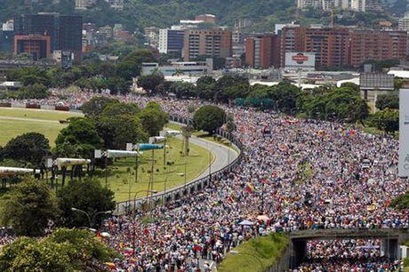 Venezuela: Ghe cua Tong thong Maduro lung lay - Anh 1