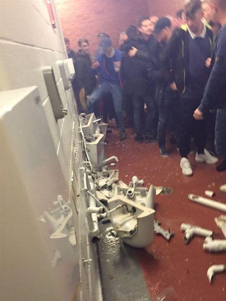 San Old Trafford bi pha nat sau that bai cua Man City - Anh 1