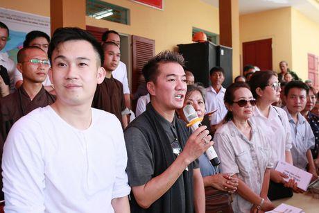 Dam Vinh Hung trao 1 ty dong ung ho nguoi dan mien Trung - Anh 2