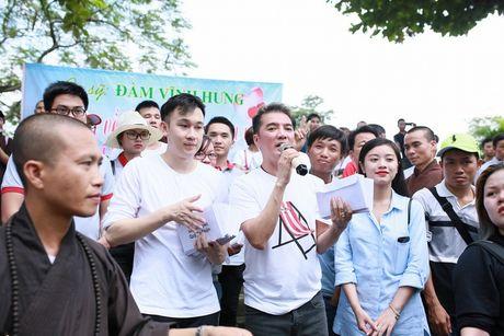 Dam Vinh Hung trao 1 ty dong ung ho nguoi dan mien Trung - Anh 3