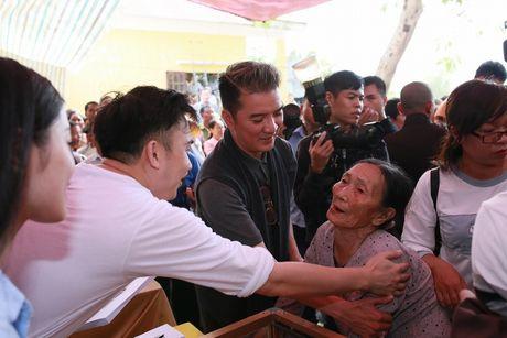 Dam Vinh Hung trao 1 ty dong ung ho nguoi dan mien Trung - Anh 5