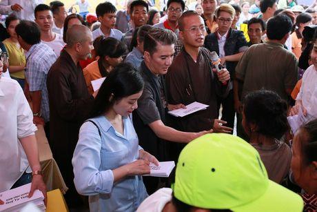 Dam Vinh Hung trao 1 ty dong ung ho nguoi dan mien Trung - Anh 7