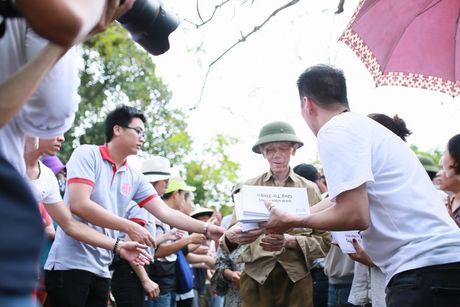 Dam Vinh Hung trao 1 ty dong ung ho nguoi dan mien Trung - Anh 9