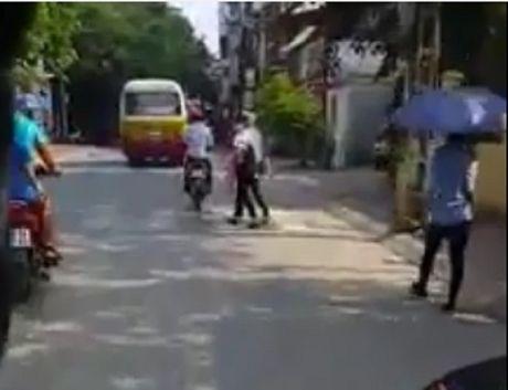 Ha Noi: Hien tuong xe buyt 'du' ngay cang nhieu bien tuong tinh vi - Anh 3