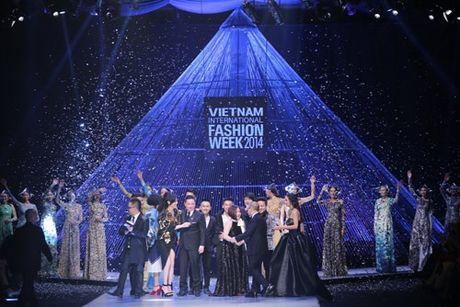 He lo san khau cua Vietnam International Fashion Week 2016 - Anh 4