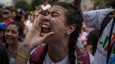 Venezuela: Canh sat thiet mang trong bao dong - Anh 1