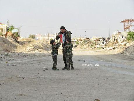 Video chien su Syria: Ban tia chien binh khung bo bang phao 130 mm - Anh 1