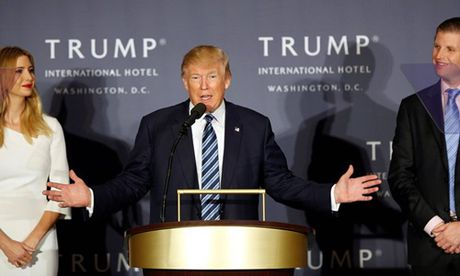 Trump khai truong khach san sieu sang ket hop van dong tranh cu - Anh 1