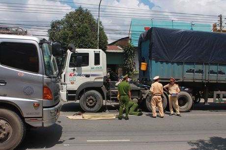 Bang qua duong, nu sinh lop 11 bi container can tu vong - Anh 1