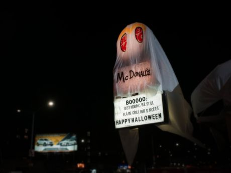McDonald gay soc dip Halloween - Anh 2