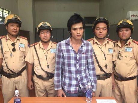 CSGT Doi Phu Lam truy bat ke cuop xe may - Anh 1