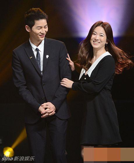 Song Hye Kyo, Song Joong Ki tinh cam tren san khau trao giai - Anh 1