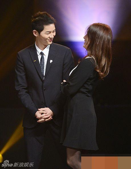 Song Hye Kyo, Song Joong Ki tinh cam tren san khau trao giai - Anh 2