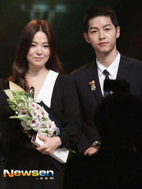 Song Hye Kyo, Song Joong Ki tinh cam tren san khau trao giai - Anh 3