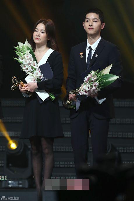 Song Hye Kyo, Song Joong Ki tinh cam tren san khau trao giai - Anh 4