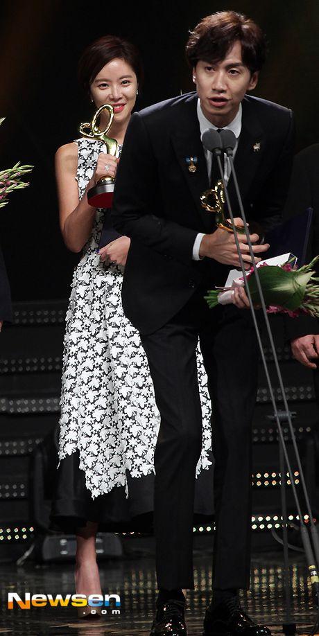 Song Hye Kyo, Song Joong Ki tinh cam tren san khau trao giai - Anh 5