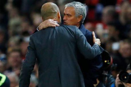 Mourinho va Guardiola bat ngo om nhau, treu dua nhu nhung nguoi ban - Anh 5