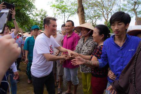 Dam Vinh Hung xuc dong trao qua cho nguoi dan vung lu tai Ha Tinh - Anh 10
