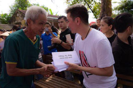 Dam Vinh Hung xuc dong trao qua cho nguoi dan vung lu tai Ha Tinh - Anh 11