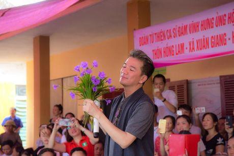 Dam Vinh Hung xuc dong trao qua cho nguoi dan vung lu tai Ha Tinh - Anh 1
