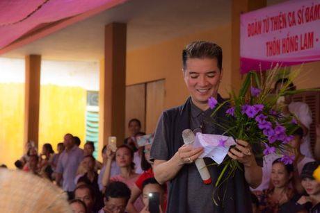 Dam Vinh Hung xuc dong trao qua cho nguoi dan vung lu tai Ha Tinh - Anh 2