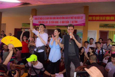 Dam Vinh Hung xuc dong trao qua cho nguoi dan vung lu tai Ha Tinh - Anh 3