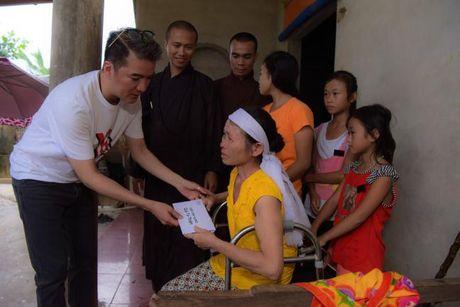 Dam Vinh Hung xuc dong trao qua cho nguoi dan vung lu tai Ha Tinh - Anh 8