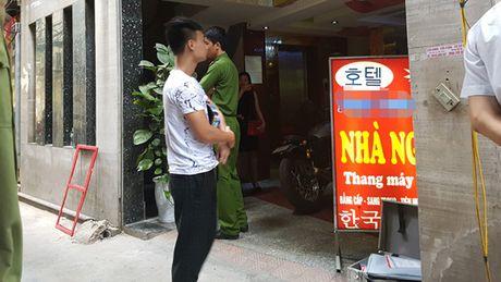 Hien truong vu no sung tai nha nghi o Ha Noi, 1 nguoi bi ban chet - Anh 2
