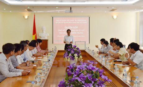 Nguoi Viet tai Campuchia huong ve dong bao mien Trung bi lu lut - Anh 1