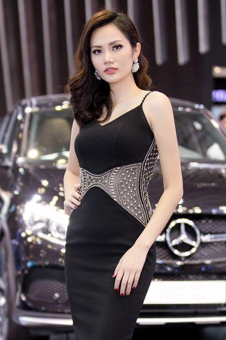 Hoa hau Dieu Linh goi cam kho cuong ben sieu xe - Anh 2