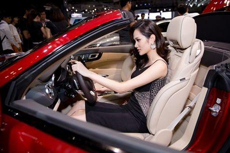 Hoa hau Dieu Linh goi cam kho cuong ben sieu xe - Anh 3