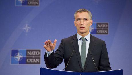 NATO tiep tuc ho tro EU chong buon nguoi tren bien - Anh 1