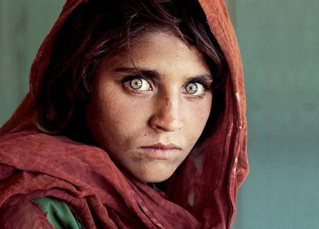 Co gai Afghanistan trong buc anh noi tieng the gioi phai ngoi tu - Anh 1