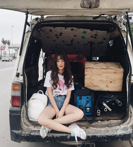 Quynh Anh Shyn bien bo tuong, cot dien thanh anh street style sieu chat - Anh 5