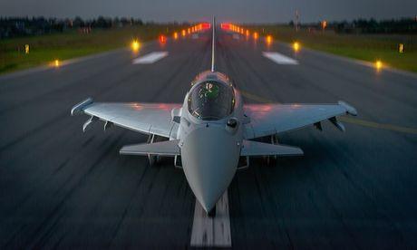 To Guardian: NATO va Nga dang choi tro nguy hiem - Anh 1