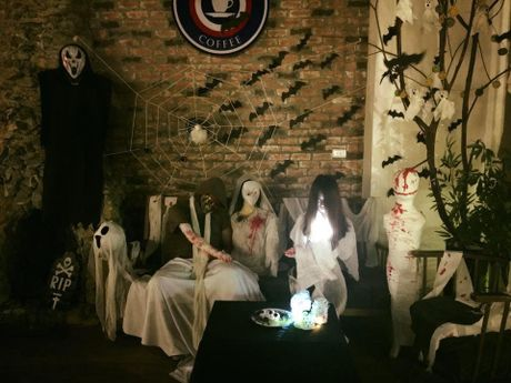 Quan ca phe khach dong 'nuom nuop' nho chieu doc trang tri Halloween - Anh 1