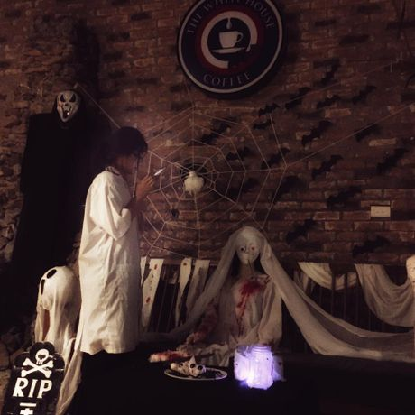 Quan ca phe khach dong 'nuom nuop' nho chieu doc trang tri Halloween - Anh 5