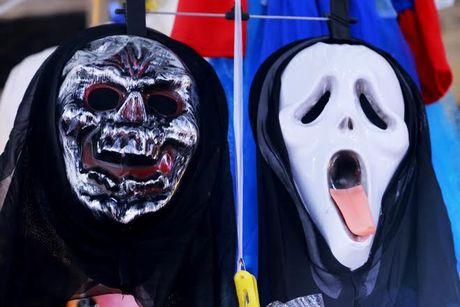 Do choi Halloween doc, di khong nhan mac tran ngap pho co Ha Noi - Anh 12