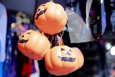 Do choi Halloween doc, di khong nhan mac tran ngap pho co Ha Noi - Anh 13