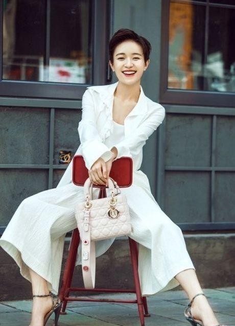 'Ban gai Vuong Lich Xuyen' dep rang ro duoi nang thu - Anh 4