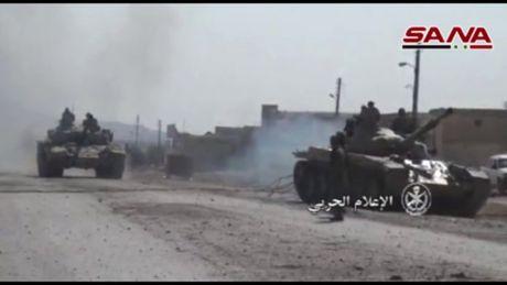 Video chien su: 'Ho' Syria chiem thi tran phien quan, nu binh tham chien Aleppo - Anh 1