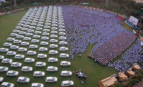 Ong chu thuong hon 1.000 xe hoi, 400 can ho cho nhan vien - Anh 1