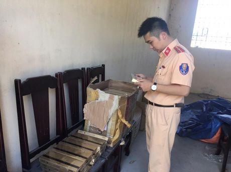 Thanh Hoa: Bat giu gan 1.000 bao thuoc la ngoai nhap lau - Anh 1