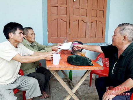 Chu quan com 2000 dong ho tro gia dinh hoan nan o Thanh Chuong - Anh 1
