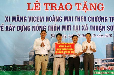Cong ty CP Xi mang Vicem Hoang Mai trao tang 100 tan xi mang - Anh 1